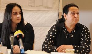 Gamze und Elif Kubasik bei der Vorstellung des Mahnmals. Foto: Alex Völkel