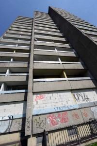 """Das """"Horrorhaus"""" ist die bekannteste und größte Schrottimmobilie in der Nordstadt. Foto: Alex Völkel"""