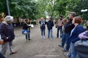 Annette Kritzler bei einer ihrer Führungen - diese Arbeit setzt sie fort. Foto: Alex Völkel