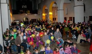 Der schwarz-gelbe St. Martinszug endet in der Dreifaltigkeitskirche. Foto: Wilhelm Jütte