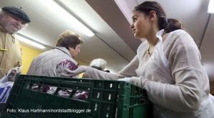 Schüler der Schule am Hafen helfen in der Tafel an der Haydnstraße