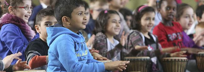 Wenn 300 Grundschulkinder gemeinsam auf die Pauke hauen – Mitmach-Konzert an der Diesterwegschule