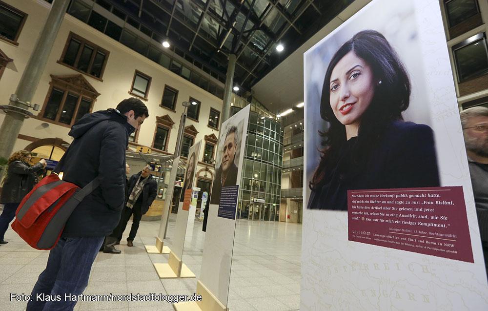 Ausstellung von bickup des Projekt Ungesehen in der Berswordthalle. Portraits und Lebensgeschichte von Sinti und Roma aus NRW.