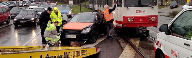 Autofahrer missachtet Vorfahrt: Straßenbahn rammt am Fredenbaum einen Opel – Zugverkehr kam zum Erliegen