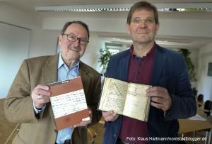 Altbürgermeister und Vorsitzender des Vereins Adolf Miksch und Prof. Dr. Thomas Schilp präsentieren den Band