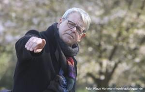Der Freundeskreis Fredenbaumpark e. V. lädt zur Buschwindröschen-Wanderung. 1. Vorsitzender Dr. Wilhelm Grote führte durch den Park