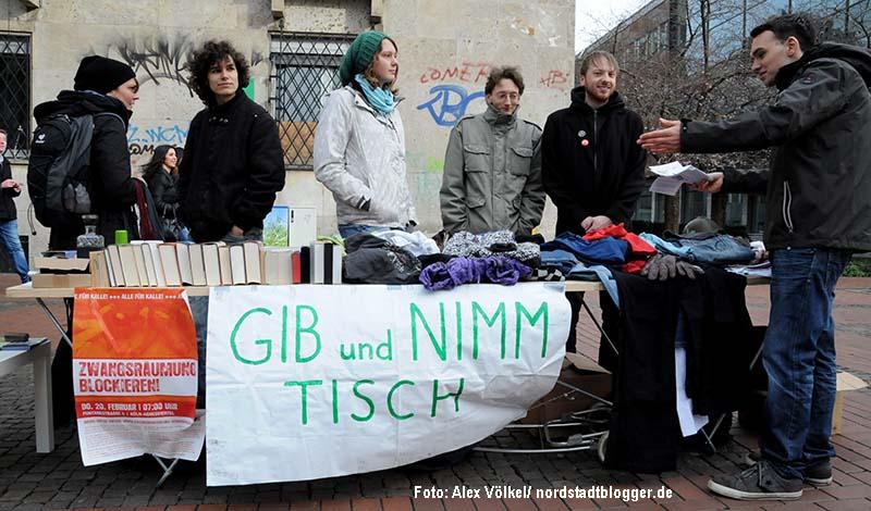 """Die Initiative Umsonstladen Dortmund hat seit 1,5 Jahren ihren """"Gib-und-nimm-Tisch"""" in der City aufgestellt. Jetzt folgt ein Laden."""