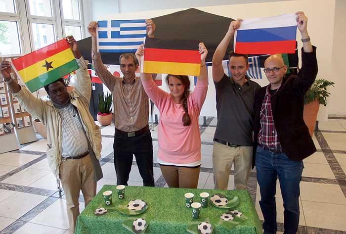 Samuel Kyei (Ghana), Christos Savoulini (Griechenland), Dorina Wiedau (Deutschland), Aleksandr Vladykin (Russland) und Marc Frese (Geschäftsführer Auslandsgesellschaft Intercultural Academy gGmbH) werben für die Koch-WM.