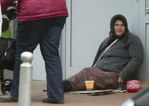 Bettlerin in der Münsterstraße, Armut, Bettler