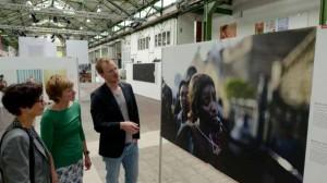Gabi Dobovisek und Claudia Schenk lassen sich von Laurens Korteweg durch die Ausstellung führen. Foto: Alex Völkel