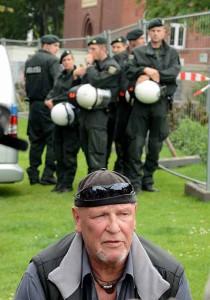 """Mitglieder und Unterstützer der Partei """"Die Rechte"""" begleiteten ihren Ratsvertreter Siegfried Borchardt zum Rathaus."""