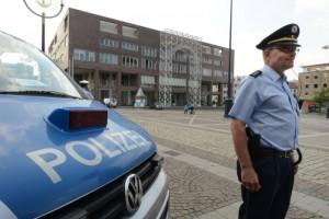 Die Stadt Dortmund wird die Hausordnung des Rathauses und im Ratssaal strikt durchsetzen und mit einem Sicherheitsdienst die Einhaltung überwachen. Sollte sie dabei nicht weiterkommen, kann sie die Polizei um Vollzugshilfe bitten. Die Polizei wird bei allen Sitzungen im Bereich des Rathauses und des Friedensplatzes präsent sein.