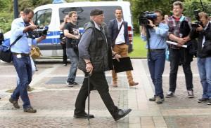 """1. Ratsitzung des neu gewählten Dortmunder Stadtrat mit Siegfried """"SS-Siggi"""" Borchardt. Siegfried Borchardt auf dem Weg zu seiner ersten Ratssitzung"""