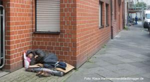 Einer der vielen Armutsmigranten ohne Obdach schläft in einer Hausecke in der Alsenstraße