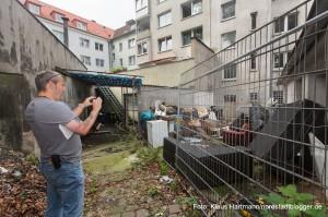 In einem der Hinterhöfe fotografiert Andreas Horst eine Müllablagerung