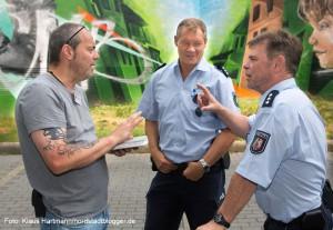 Andreas Horst im Gespräch mit einer Polizeistreife