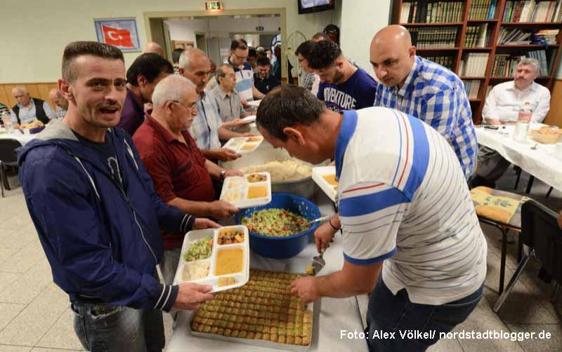 In der Zentralmoschee kamen während des Ramadan jeden Abend hunderte Gläubige zum Beten und Fastenbrechen.