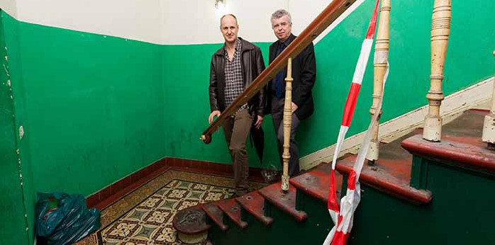 Geschäftsführer Christian Schmitt (l.) und Ralf Biehl (EDG) begutachten das Sanierungsobjekt. Foto: Lutz Kampert