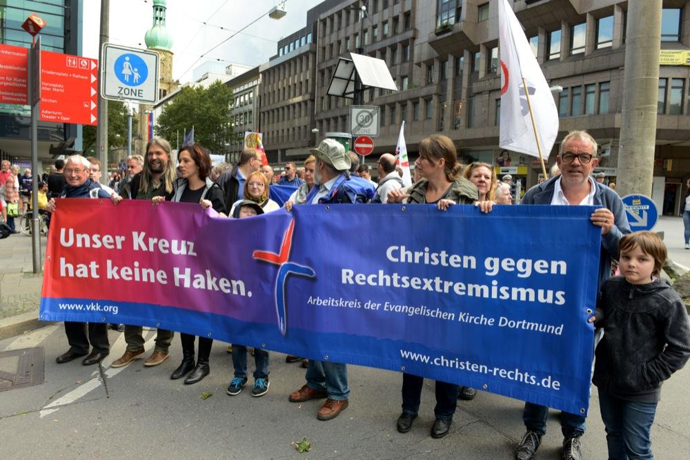 CSD-Teilnehmer und Antifaschisten protestierten gegen Neonazis.