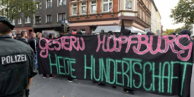 350 Menschennahmen friedlich an der spontan organisierten Demonstration gegen die Räumung des Avanti-Zentrums in der Albertus-Magnus-Kirche teil.