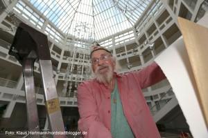 Künstler Leo Lebendig installiert im Rathaus sein Friedenslicht