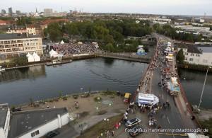 Hafenspaziergang 2014. Blick auf die Veranstaltungsfläche an der Speicherstraße und die Brücke vom Turm des Hafenamtes