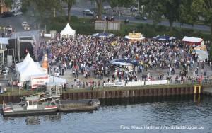 Hafenspaziergang 2014. Blick auf die Veranstaltungsfläche an der Speicherstraße vom Turm des Hafenamtes