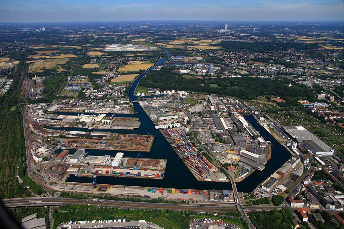 Luftaufnahme des Dortmunder Hafens aus 2013: Unterhalb der Hafenbecken ist der Autobahnzubringer OWIIIa, am oberen Rand ist im Hintergrund das IKEA-Europalager zu erkennen. Foto: Hafen AG