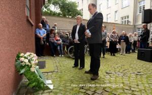 Der SLADo e.V. legt einen Kranz zum Gedenken an alle Homosexuellen Opfer der NS-Zeit nieder.