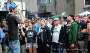 Adler-Backyard-Jam in der Adlerstraße 59. Auf der Bühne: Mitveranstalter und Dortmunder Rapper Velix Recula.