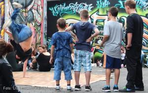 Adler-Backyard-Jam in der Adlerstraße 59. Kinder aus der Nachbarschaft sind von den Breakdancern fasziniert