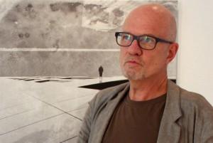 "Klaus Pfeiffer vor seinem Bild """"Carimbo"""
