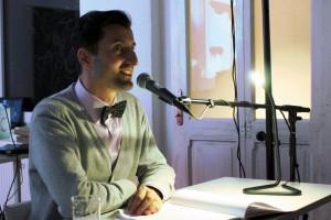"""Bülent Demirtas alias """"2Seiten"""" während der Lesung im Literaturhaus."""