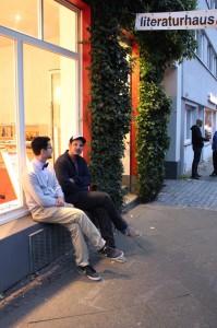 """Der Künstler Bülent Demirtas alias """"2Seiten"""" und Veranstalter Rainer Holl vor dem Literaturhaus im Kreuzviertel."""
