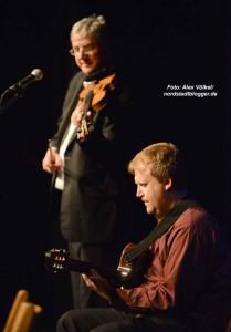 Alexej Wagner (Gitarre) und Bernd Huber (Geige) begleiteten Dotschy Reinhardt.
