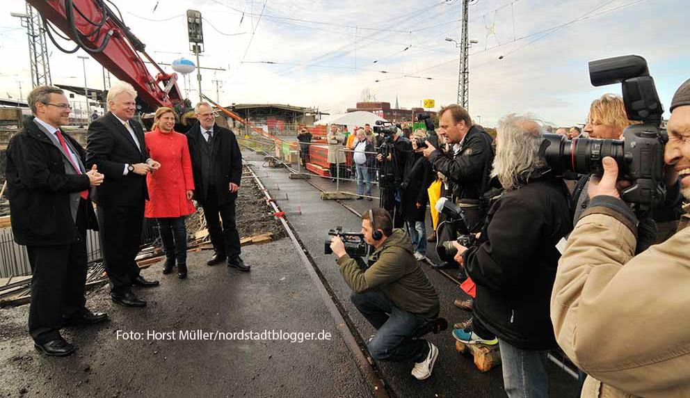 Der erste Startschacht für die Erweiterung der Stadtbahnhaltestelle unter dem Dortmunder Hauptbahnhof wird am 22.Oktober 2014 im Bereich des Bahnsteigs für die DB-Gleise 26 und 31 abgeteuft. Die eigentlichen Bauarbeiten zur Verbreiterung der Bahnsteige werden unterirdisch vorgetrieben. DSW 21 -Verkehrsvorstand Hubert Jung, OB Ulrich Sierau, Tiefbauamtsleiterin Sylvia Uehlendahl und Baudezernent Martin Lürwer (v.l.) beim offiziellen Beginn der Arbeiten.