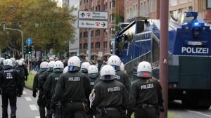 """Gewalttätige Hooligans und  Neonazis waren bei der """"HoGeSa""""-Aktion in Köln dabei. Foto: Marcus Arndt"""