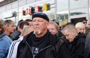 """Gewalttätige Hooligans und Neonazis wie """"SS-Siggi"""" waren bei der """"HoGeSa""""-Aktion in Köln dabei. Foto: Marcus Arndt"""