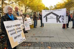 Zum Welttag der Armut am 17. Oktober 2014 halten Aktive der Dortmunder Kana-Suppenküche am Europabrunnen auf der Kleppingstrasse eine Mahnwache. Sie machen mit ihrer Aktion auch auf die Situation der Wohnungslosen in Dortmund aufmerksam.