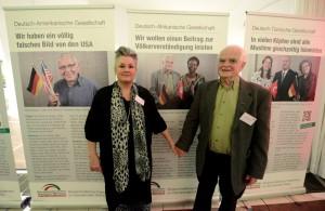 Sabine und Dr. Klaus Gelmroth schauen sich begeistert die Ausstellung an. Foto: Alex Völkel