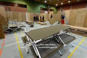 Feuerwehr und Johanniter haben die Hallen für Flüchtlinge hergerichtet.
