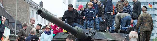 """""""Krieg ist kein Funsport"""":Proteste gegen die Bundeswehr auf der Jugendmesse YOU in den Westfalenhallen"""