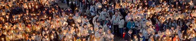 800 Gottesdienstbesucher begrüßen das Friedenslicht – Pfadfinder bringen Licht aus Bethlehem nach Dortmund