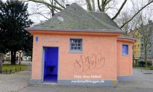 Das Toilettengebäude auf dem Nordmarkt wird von Passgenau betreut und ist mit Anti-Junkie-Beleuchtung ausgestattet.