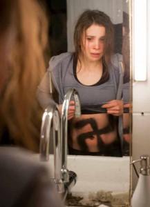 Kommissarin Nora Dalay (Aylin Tezel) wurde überfallen. Die Täter sprühen ihr ein Hakenkreuz auf den Bauch. © WDR/Thomas Kost