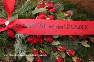 Gedenken an die deportierten Sinti und Roma an der Weißenburgerstraße/Ecke Gronaustraße . Ula Richter von der DKP-Ost