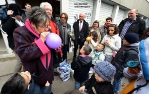 Schreib- und Spielmaterialien brachte die AWO den Familien im Flüchtlingsheim in Eving.