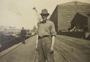 Willi Hoffmeister, ehemaliger Betriebsrat Hoesch und Urgestein des Ostermarsch Ruhr. Archivfotos aus seinem Leben. Auf der Arbeit am Hafen 1953