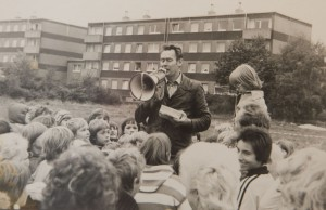 Willi Hoffmeister, ehemaliger Betriebsrat Hoesch und Urgestein des Ostermarsch Ruhr. Archivfotos aus seinem Leben. Bei einem Kinderfest in der Woldemey-Siedlung in Dortmund-Derne