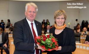 OB Ullrich Sierau beglückwünscht Daniela Schneckenburger zu ihrer Wahl als neue Dezernentin durch den Rat.